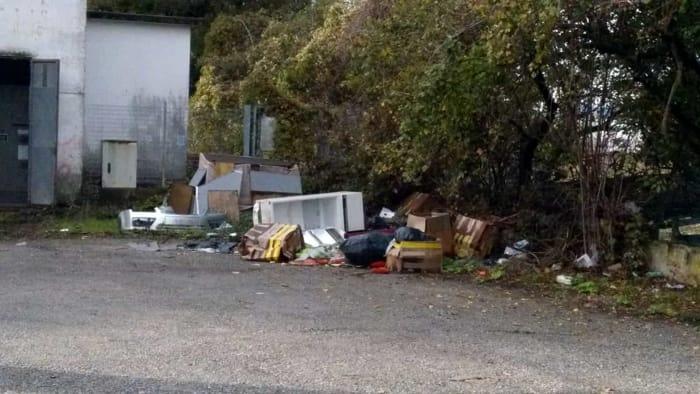 rifiuti abbandonati in via di Bozzale 7 novembre 2018 o