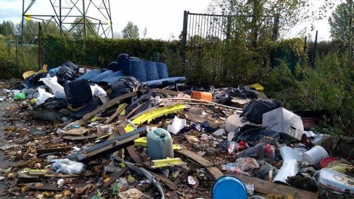 rifiuti abbandonati in via di Bozzale 7 novembre 2018 p