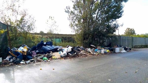 rifiuti abbandonati in via di Bozzale 7 novembre 2018 q-2